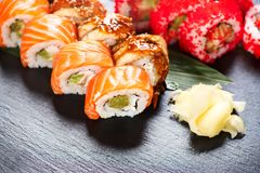 De sushi rolt close-up Japans voedsel in restaurant Broodje met zalm, paling, groenten en vliegende vissenkaviaar Royalty-vrije Stock Afbeelding