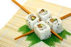 De Sushi van het broodje die over wit worden gestructureerd royalty-vrije stock fotografie