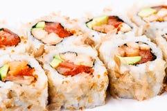 De sushi van het stuk die met avocado, vissen en rode kaviaar worden geplaatst Stock Fotografie