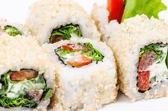 De sushi van het stuk die met leawessalade en paprika worden geplaatst Royalty-vrije Stock Foto's