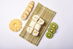 De Sushi van Maki van het dessert - het Broodje van de Chocolade met Divers binnen Fruit en Roomkaas stock afbeeldingen