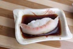 De sushi van Nigiri in sojasaus Stock Foto's