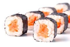 De sushibroodjes van Japan op witte achtergrond worden geïsoleerd die Stock Foto