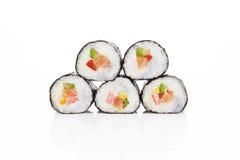 De sushibroodjes van Maki die op wit worden geïsoleerde. Stock Afbeelding