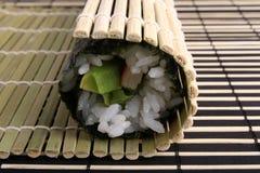 De sushimaki van Rolling Royalty-vrije Stock Foto's