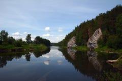 ` De suspensão da rocha do ` do penhasco na costa do rio de Chusovaya Fotografia de Stock Royalty Free