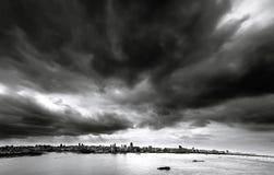 De svarta molnen över staden Royaltyfria Bilder