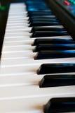 De svartvita tangenterna av ett piano Arkivfoto