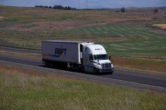 De SWIFT del transporte camión semi/Freightliner Cascadia fotos de archivo libres de regalías