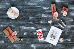De Symbolen van de valentijnskaartendag op Donkere Houten Achtergrond Stock Afbeeldingen