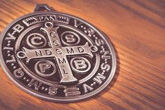 De symbolen van heilige Benedict medall Stock Foto
