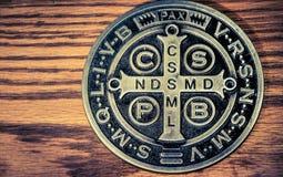 De symbolen van heilige Benedict medall Stock Foto's