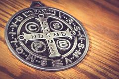 De symbolen van heilige Benedict medall Stock Afbeeldingen