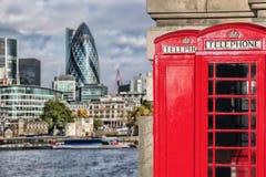 De symbolen van Londen met rode TELEFOONCELLEN tegen moderne architectuur in Engeland Stock Afbeeldingen