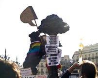 De symbolen van Madrid met protesttekens bij Spaans R Stock Fotografie