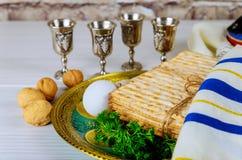 De symbolen van de Pesachpascha van grote Joodse vakantie Traditionele matzo en wijn in uitstekend zilveren glas stock fotografie