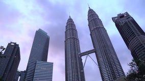 De de Symfoniemeer, met lokaal en toerist die van Petronas tonen het Tweelingtorens van de fontein genieten stock videobeelden