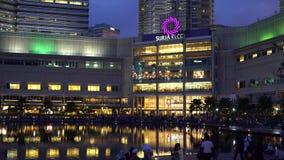 De de Symfoniemeer, met lokaal en toerist die van Petronas tonen het Tweelingtorens van de fontein genieten stock footage
