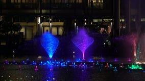 De de Symfoniemeer, met lokaal en toerist die van Petronas tonen het Tweelingtorens van de fontein genieten stock video