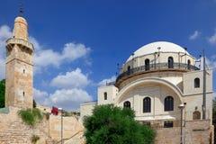 De Synagoge en de Moslimminaret Royalty-vrije Stock Foto's