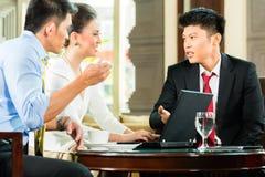 De t executivos chineses de reunião de apresentação Fotografia de Stock Royalty Free