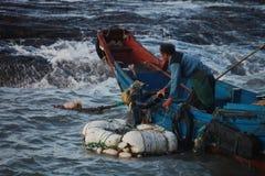 De taak dient moedige visser in Stock Afbeelding