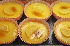 De taartjes van de citroen bij een dessertwinkel Stock Afbeeldingen