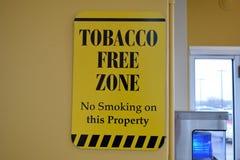 De tabaksvrije zone ondertekent Nr - rokend op Dit Bezit Stock Afbeeldingen