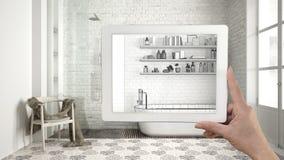 De tablet die van de handholding badkamers schets of het trekken tonen Echte vin stock afbeeldingen