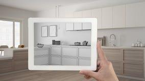 De tablet die van de handholding het moderne keuken schets of trekken tonen Re stock foto's