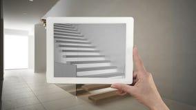 De tablet die van de handholding het moderne treden schets of trekken tonen rea stock fotografie