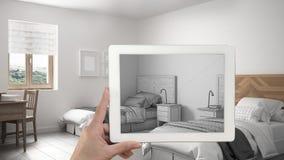 De tablet die van de handholding het uitstekende slaapkamer schets of trekken tonen r royalty-vrije stock afbeelding