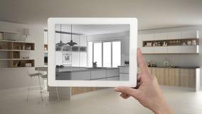 De tablet die van de handholding keuken schets of het trekken tonen Echte fini royalty-vrije stock fotografie