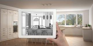 De tablet die van de handholding keuken schets of het trekken tonen Echte fini royalty-vrije stock foto's