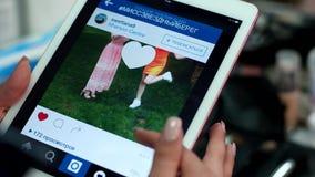 De tablet, gadget, meisje drijft een vinger op het aanrakingsscherm, gebruikt Internet stock videobeelden