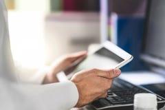 De tablet van de artsenholding ter beschikking en lezingsmedisch dossier van patiënt stock afbeeldingen