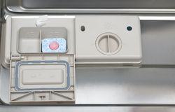 De tablet van de afwasmachine in automaat Stock Afbeelding