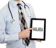 De tablet van de artsenholding - Malaria stock afbeelding