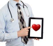 De tablet van de artsenholding - Rood hart Stock Foto's