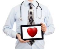 De tablet van de artsenholding - Rood hart Royalty-vrije Stock Afbeelding