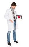 De tablet van de artsenholding - Rood hart Stock Fotografie