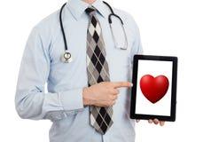 De tablet van de artsenholding - Rood hart Stock Afbeelding