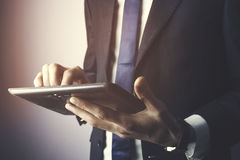 De tablet van de bedrijfsmensenhand Royalty-vrije Stock Foto's