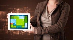 De tablet van de dameholding met modern software operationeel systeem Royalty-vrije Stock Afbeelding
