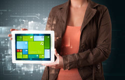 De tablet van de dameholding met modern software operationeel systeem Stock Foto