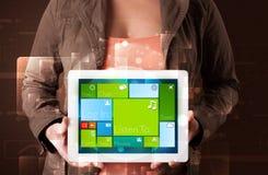 De tablet van de dameholding met modern software operationeel systeem Royalty-vrije Stock Afbeeldingen