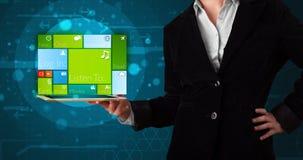De tablet van de dameholding met modern software operationeel systeem Royalty-vrije Stock Fotografie