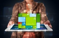 De tablet van de dameholding met modern software operationeel systeem Stock Foto's