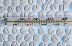 De tablet van de de temperatuurgeneeskunde van de graad Stock Fotografie