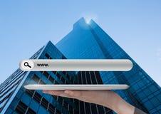 De tablet van de handholding met Onderzoeksbar met wolkenkrabberachtergrond Royalty-vrije Stock Afbeelding